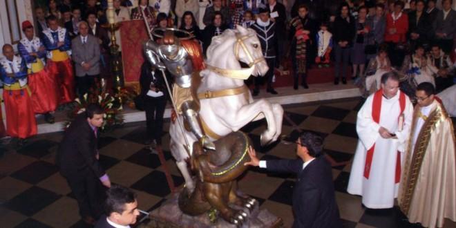 El traslado de Sant Jordi abre las fiestas de Banyeres