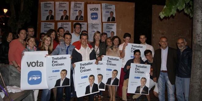 La pegada de carteles inicia la campaña electoral en Alcoy