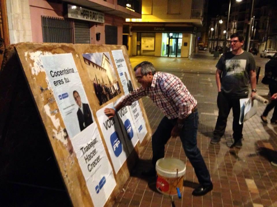 Rafael Montava pegando carteles en Cocentaina