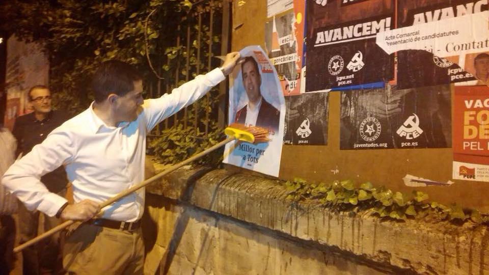Francés pegando carteles