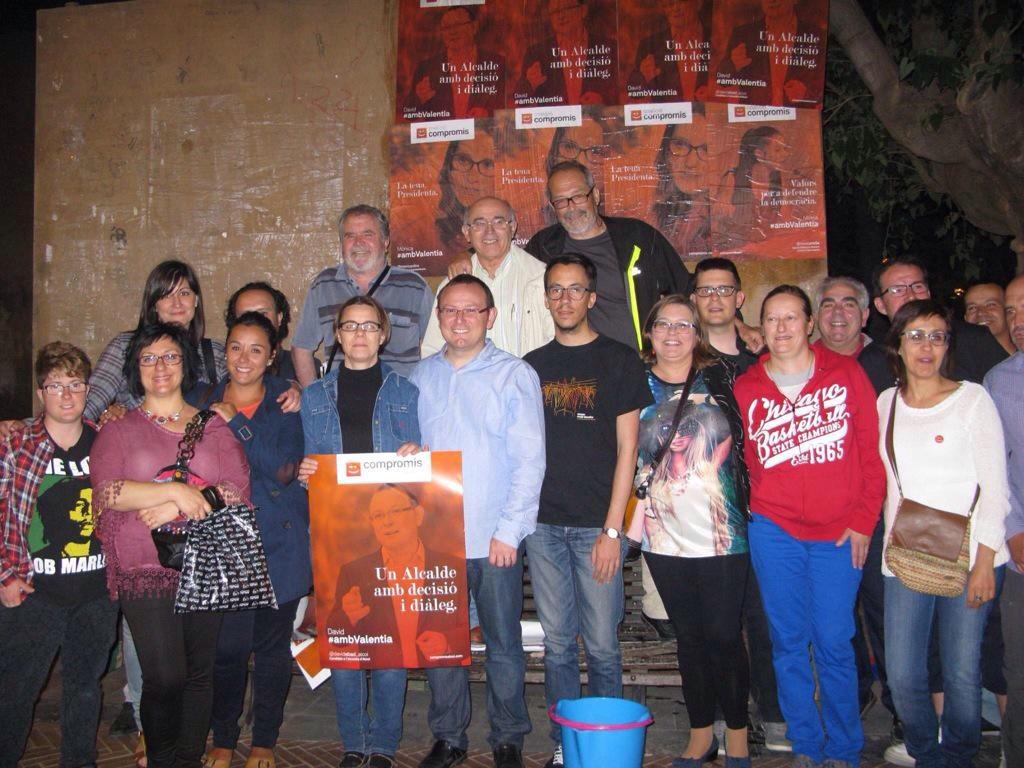 David Abad en la pegada de carteles junto a sus compañeros de partido
