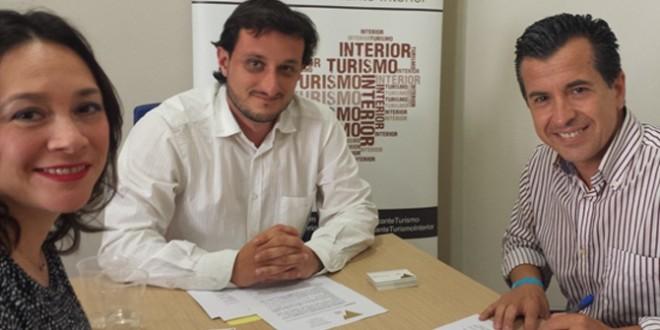 Miró firma un contrato electoral con la Asociación de Turismo Alicante Interior