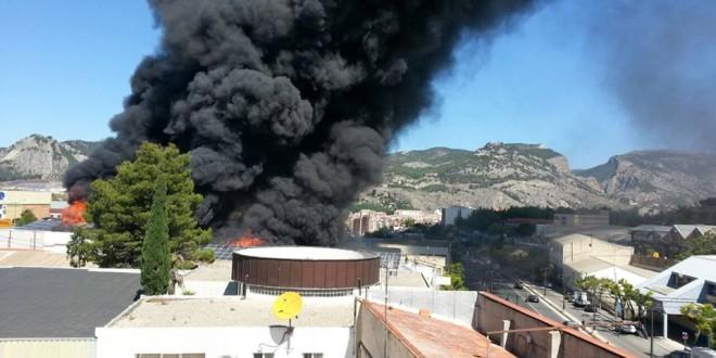 Un incendio calcina las naves de Seguí e Hijos