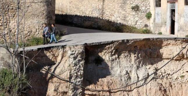 El desvío de un poste eléctrico retrasa las obras de la calle Calderón