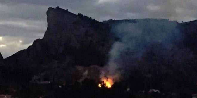 Un incendio calcina cultivo y terreno forestal en el Barranc del Cinc