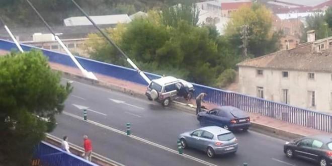 Un vehículo se empotra en el puente Fernando Reig