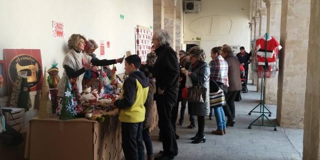 La I Fira de Nadal atrae a alcoyanos y visitantes a la Plaça de Dins
