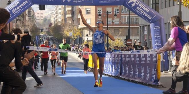 Juanan Fernández gana la V Mitja Marató Unión Alcoyana Seguros