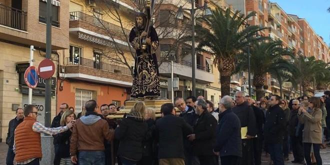 Un sentido Vía Crucis abre el Viernes Santo en Cocentaina