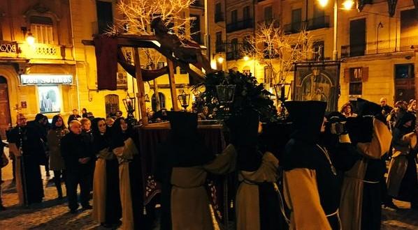 Recogimiento y solemnidad en la procesión del Vía Crucis