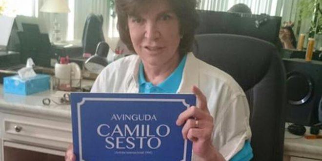 Camilo Sesto recibe varios obsequios alcoyanos