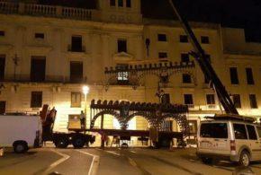 Los primeros arcos de la Enramada ya decoran la Plaza de España