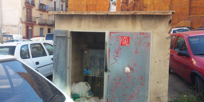La basura se acumula en una caseta eléctrica del Centro de Alcoy