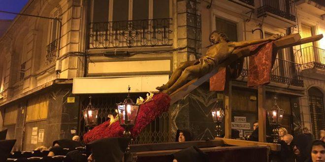 El recogimiento marca el Vía Crucis del Miércoles Santo