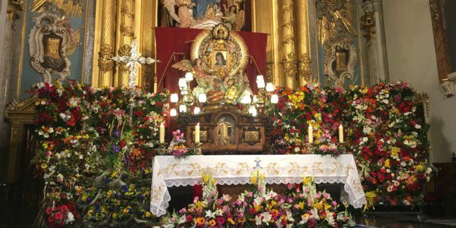 La Mare de Déu abraza a enfermos e impedidos