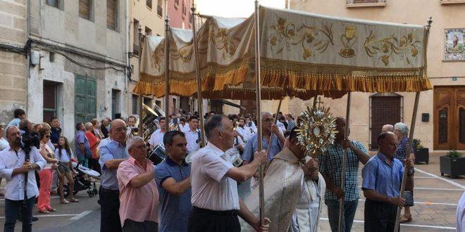 Numerosos fieles participan en la Procesión del Corpus de Muro