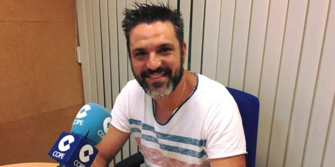 """Sergio Navarro, abanderado cristiano de la Filà Cavallets """"la bandera coincide con mis 25 años en la Filà"""""""
