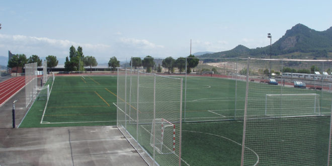 Ciudadanos reclama mejoras en las pistas de césped del Polideportivo Municipal