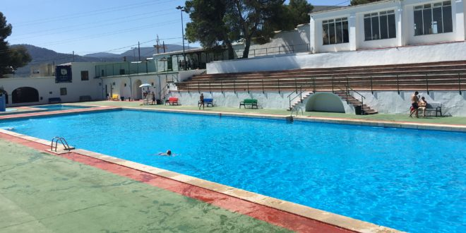 Fallece un bañista en la piscina José Trenzano Alós de Alcoy
