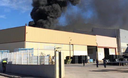 Un incendio calcina parte de una nave industrial de La Beniata